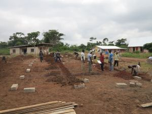 Once the site had been cleared (it was almost a jungle when we first arrived) and levelled, it was time to mark out our carefully drawn foundations on the site... using breezeblockas and string. This was the first taste of the difference between the crisp clarity of architecture on paper and the reality of construction in Ghana. With no electronic equipment to help us, we were using string and spirit level to try to achieve a level foundation and our trusty eyesight to test for right angles!